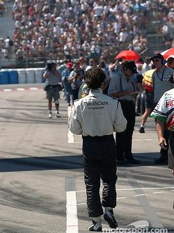 Bruno Junqueira marche vers les stands après son crash en qualifications