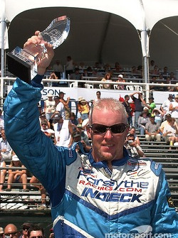 Paul Tracy montre le trophée de la pole