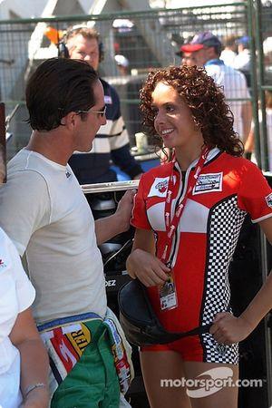 Mario Dominguez rencontre l'une des Miss Molson Girls