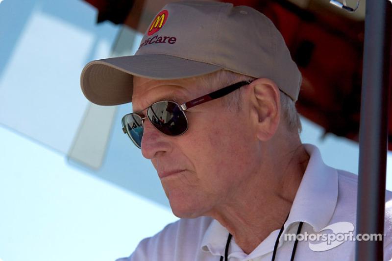 Paul Newman: Quando falamos sobre celebridades que possuem ligação com o mundo do automobilismo, esse é um dos nomes que vem automaticamente à cabeça dos fãs. Newman tem entre seus melhores resultados um segundo lugar na classificação geral das 24 Horas de Le Mans de 1979. Quando tinha 70 anos, correu e venceu em sua classe nas 24 Horas de Daytona, se tornando o piloto mais velho a ganhar a prova