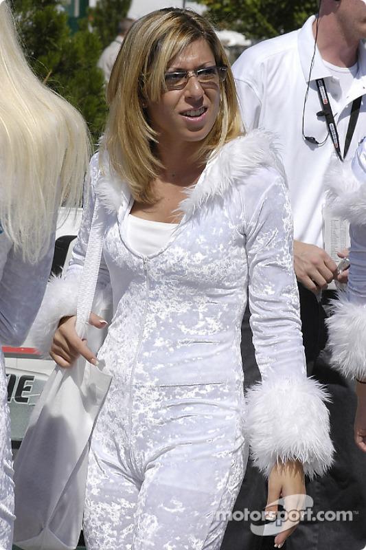 Un fan habillé en blanc