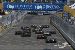 Start: Sébastien Bourdais and Bruno Junqueira battle for the lead