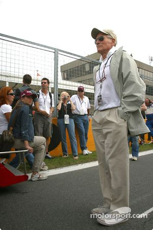 Paul Newman watches starting grid action