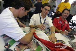 Séance d'autographes : Mario Dominguez et Rodolfo Lavin signent un drapeau mexicain