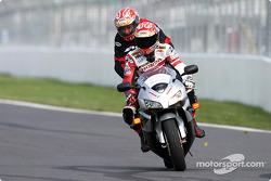 Le champion de moto Miguel Duhamel emmène un fan sur le Circuit Gilles-Villeneuve