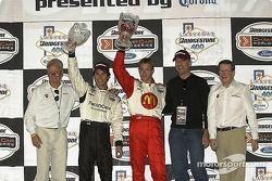 Paul Newman, Carl Haas, Bruce Willis, Sebastien et Bruno posent sur le podium