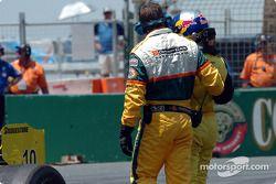 A.J. Allmendinger est escorté hors du circuit après avoir tapé le mur dans la chicane de la plage