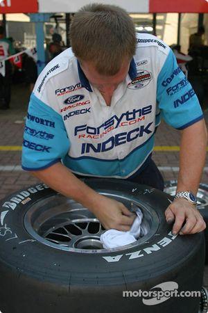 Un mécanicien Forsythe Championship Racing prépare les pneus