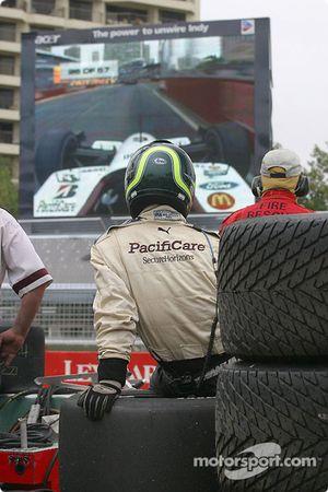 Un mécanicien du Newman/Haas Racing crew regarde la fin de la course