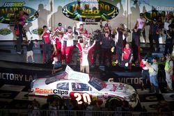 Victory lane: race winnaar Joey Logano, Joe Gibbs Racing Toyota
