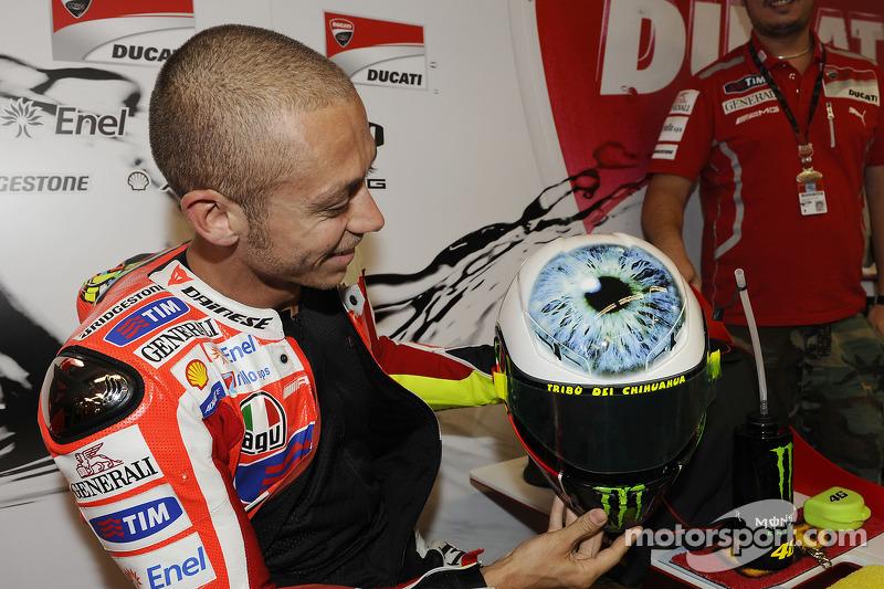 Valentino Rossi muestra su nuevo casco