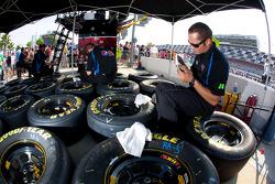 Miembros del Hendrick Motorsports Chevrolet preparan llantas