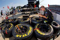 Miembro del Roush Fenway Racing Ford prepara llantas