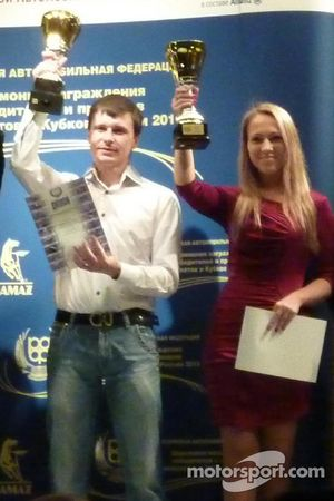 Alina Sergeeva met de kampioenschapstrofee