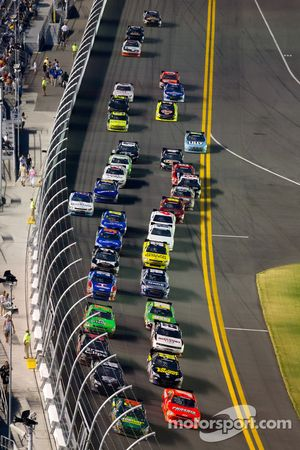 Carl Edwards, Roush-Fenway Ford and Jamie McMurray, Phoenix Chevrolet lead the field on a restart