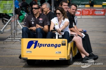 Justin Wilson, Dreyer & Reinbold Racing and Ana Beatriz, Dreyer & Reinbold Racing back from track inspection