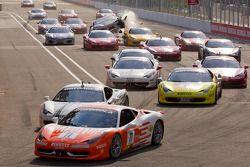 Start: #77 Ferrari of Silicon Valley Ferrari 458 Challenge: Harry Cheung aan de leiding #454 Ferrari