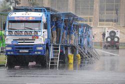Kamaz team in de regen