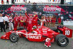 Victory circle: race winnaar Dario Franchitti, Target Chip Ganassi Racing
