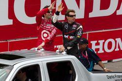 Pole Will Power, Team Penske en Dario Franchitti, Target Chip Ganassi Racing tijdens rijdersparade
