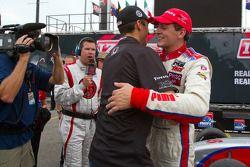Victory circle: race winnaar Stefan Wilson, Andretti Autosport viert met broer Justin Wilson
