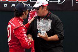 Podium: winnaar Dario Franchitti, Target Chip Ganassi Racing met Dan Akroyd