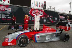Victory circle: race winnaar Stefan Wilson, Andretti Autosport