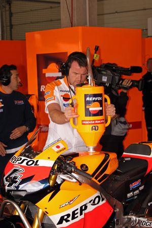 Член команды Repsol Honda за работой
