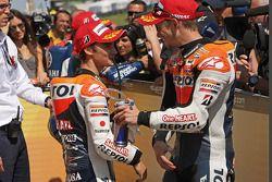 Обладатель поула - Кейси Стоунер, Repsol Honda Team и занявший второе место - Дани Педроса, Repsol H