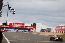 Luca Filippi passe la ligne d'arrivée en vainqueur