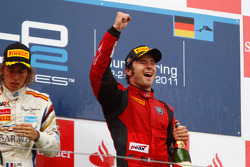 Luca Filippi fête sa victoire sur le podium avec Charles Pic