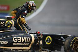 Nick Heidfeld, Lotus Renault GP y Sebastien Buemi, Scuderia Toro Rosso choque