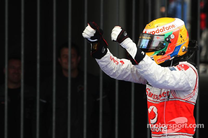 Yarış galibi Lewis Hamilton, McLaren Mercedes kutlama yapıyor