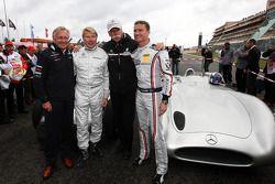 Mika Hakkinen maneja un Mercedes GP el 1955 Mercedes W196 y David Coulthard, Red Bull Racing, Consul
