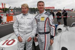 Mika Hakkinen maneja un Mercedes GP el 1955 Mercedes W196 y David Coulthard, Red Bull Racing, Consul