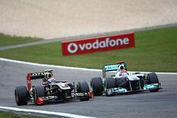 Vitaly Petrov, Lotus Renault GP y Michael Schumacher, Mercedes GP F1 Team