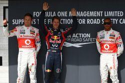 Jenson Button, McLaren Mercedes con el ganador de la pole Sebastian Vettel, Red Bull Racing y Lewis