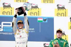 Romain Grosjean celebra su victoria en el podio con Luiz Razia