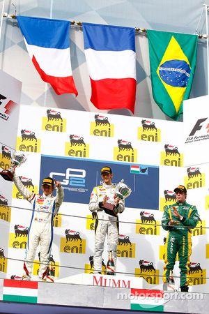 Romain Grosjean celebra su victoria en el podio coh Charles Pic y Luiz Razia