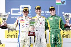 Romain Grosjean celebra su quinta victoria de carrera de la temporada en el podio con Charles Pic y
