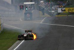 Nick Heidfeld, Lotus Renault F1 Team, coche en llamas