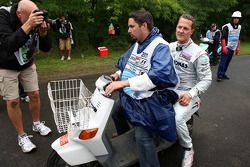 Michael Schumacher, Mercedes GP F1 Team, se detiene en la pista