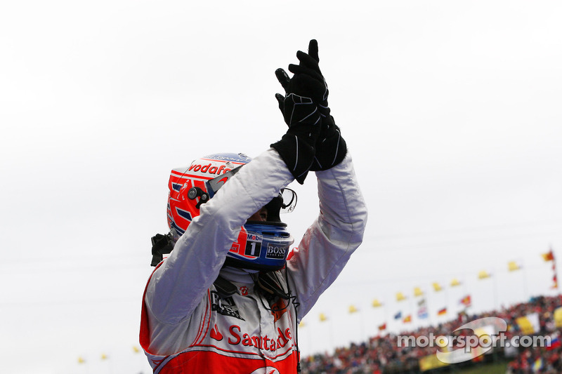 Yarış galibi Jenson Button, McLaren Mercedes kutlama yapıyor