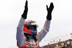 Ganador de la carrera Jenson Button, de McLaren Mercedes celebra