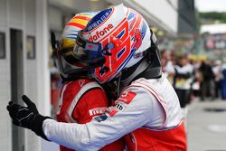 Ganador de la carrera Jenson Button, de McLaren Mercedes celebra con Fernando Alonso, Scuderia Ferra