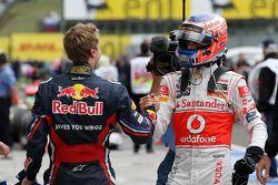 Ganador de la carrera Jenson Button, de McLaren Mercedes celebra con Sebastian Vettel, Red Bull Raci