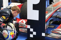 Sebastian Vettel, Red Bull Racing tiene una mirada cercana con el Mclaren en parc ferme