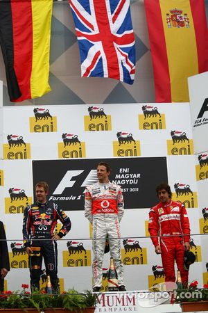 Podio: ganador de la carrera Jenson Button, McLaren Mercedes, segundo lugar Sebastian Vettel, Red Bu