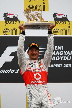 Podium: vainqueur Jenson Button, McLaren Mercedes