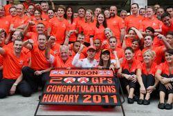 John Button, père de Jenson, Nicholas Hamilton, frère de Lewis, Lewis Hamilton, McLaren Mercedes, Jenson Button, McLaren Mercedes, Jessica Michibata, compagne de Jenson, fête le 200e GP du Champion du monde 2009
